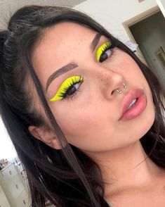 Neon yellow eyeliner – Make Up 2019 Rave Makeup, Glam Makeup, Makeup Inspo, Makeup Art, Makeup Inspiration, Teen Makeup, Electro Festival Outfit, Festival Makeup, Make Up Looks