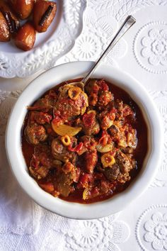Tamatiebredie soos Leipoldt dit gemaak het / Tomato stew Leipoldt's way Lamb Recipes, Meat Recipes, Slow Cooker Recipes, Cooking Recipes, Recipies, South African Dishes, South African Recipes, Ethnic Recipes, Kos