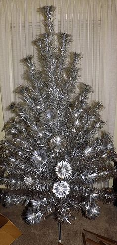 What I remember our first tree looking like. With gold and white satin balls. Old Time Christmas, Old Fashioned Christmas, Silver Christmas, Christmas Past, Modern Christmas, Retro Christmas, Rustic Christmas, Beautiful Christmas, Vintage Aluminum Christmas Tree