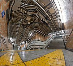 hzmnryk:  四谷三丁目駅のパイプ (by Ken OHYAMA) 密集した配管が美しく、たくましく見える。この歪みもいい感じだ。どんなレンズだろ。