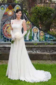 http://www.cinziaferri.com/abiti-da-sposa/abiti-da-sposa-stile-impero.php  Abito da sposa in cadì e pizzo decorato con roselline d'organza fatte a mano