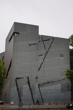 Daniel Libeskind - Musée juif Berlin  ARTS DE L'ESPACE Daniel Libeskind, Deconstructivism, Facades, Atc, Museums, Skyscraper, Multi Story Building, Workshop, Exterior