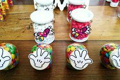 Confete em mesa decorada pela mamãe da Beatriz com o tema Mickey,  Minnie e Romero Brito e festa realizada no Buffet Museu Miniland Tatuapé 🎈