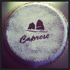 Un connubio perfetto di mandorle e cioccolato fondente: torta caprese.