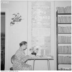 Kobieta przegląda książkę w bibliotece (Dom Kultury w Habdzinie, 1974)