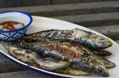 Thai recipe for Grilled Sardines. Step-by-step photos. All the secrets revealed. Vietnamese Recipes, Thai Recipes, Seafood Recipes, Grilled Sardines, Grilled Fish, Sardine Recipes, Natural Charcoal, Vegetarian Chili, Fish And Seafood