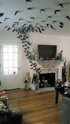 33 Halloween Decorations That Will Remind You You're Already Late Diy diy halloween crafts Casa Halloween, Halloween Mantel, Halloween Tags, Halloween 2019, Holidays Halloween, Halloween Makeup, Outdoor Halloween, Halloween Stuff, Happy Halloween