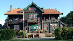 Bijzonder hostel in Noors jachthuis in de groene Achterhoek. Met knusse bar, grote tuin. Kamers met eigen sanitair in bijgebouw of knusse blokhutten. Voor gezinnen, groepen, feesten.