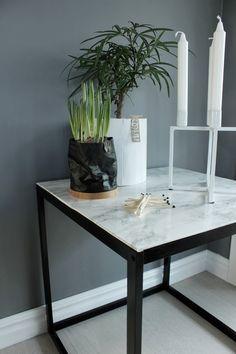 svart, vitt & rött: DIY; Bord med marmor Decor, Diy Marble Table, Table, Ikea Makeover, Table Decorations, Ikea Diy, Painted Table, Table Makeover, Interior