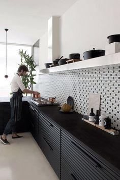 Cuisine noire et crédence graphique Interior Modern, Home Interior, Interior Design Kitchen, Bauhaus Interior, Interior Architecture, New Kitchen, Kitchen Dining, Kitchen Decor, Kitchen Ideas