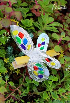 Turn craft foil and a clothespin into this adorable and colorful foil clothespin butterfly. Perfect for holding photos, hanging stuff up and more. Adult Crafts, Crafts For Teens, Diy Arts And Crafts, Fun Crafts, Simple Crafts, Holiday Crafts, Craft Foil, Recycled Crafts Kids, Creative Activities For Kids