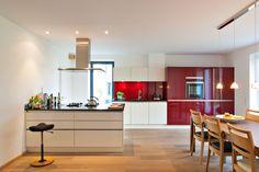 Kücheneinrichtung mit Tresen in Hochglanz Weiss in Kombination mit Dunkelrot