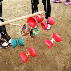 Avui fem circ!!! El racó de diabolos esta de gom a gom i no paren de rodar!!! Una estoneta de joc molt divertida!!! #mamasconarte#jugaresesencial#art#creativitat#circ#