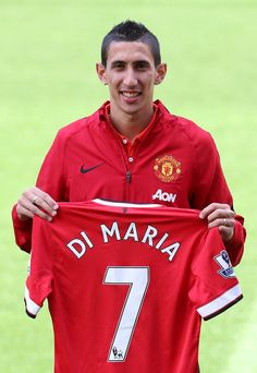 Angel Di Maria proudly displays his @manutd no.7 shirt after signing for the club in August 2014.