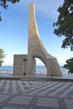 Pomnik Zaślubin Polski z Morzem. Modernistyczny pomnik z 1963 roku autorstwa architekta Wiktora Tołkina upamiętnia symboliczne zaślubiny z 18 marca 1945 roku, dnia zdobycia Kołobrzegu. Photo by GB #kolobrzeg #pomnik