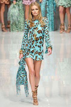 Imagen de https://hautegen.files.wordpress.com/2010/10/dress-animal-print-turquoise-blumarine-spring-11-rtw.jpg.