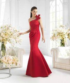 Vestido de un hombro y cola en tono rojo para damas de boda - Foto La Sposa