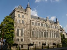 Gerard Duivelsteen: Ondanks de naam en de sombere aanblik heeft de duivel nooit in deze 13e-eeuwse burcht verbleven. Doorheen de eeuwen werd het als ridderverblijf, wapenarsenaal, klooster, school en bisschoppelijk seminarie gebruikt. In 1623 kwam er een dolhuis voor krankzinnigen en een tehuis voor mannelijke wezen. Een ander deel van het gebouw werd gebruikt als gevangenis of tuchthuis.