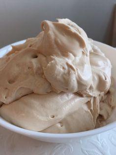 Dumlefluff är super gott ! Du kan använda det som fyllning i tårtor och passar alldeles utmärk med hallon och jordgubbs smaker. Du kan även spackla dina tårtor med dumlefluff och använda det på… Baking Recipes, Cake Recipes, Dessert Recipes, Swedish Recipes, Sweet Recipes, Mousse, Sweet Little Things, Chocolate Sweets, Pudding Desserts
