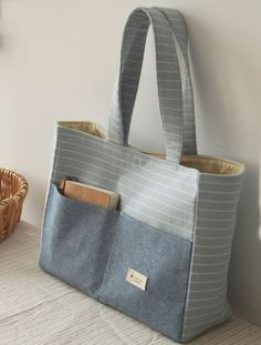 Bags for carrying desired items - Marion Desens - SABINE Katzur - Handytasche Fabric Handbags, Fabric Bags, Denim Handbags, Linen Fabric, Patchwork Bags, Quilted Bag, Bag Patterns To Sew, Sewing Patterns, Quilted Purse Patterns
