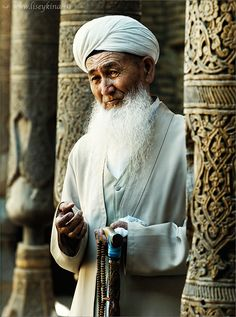 Elderly Uzbek man in a Khiva Mosque, Uzbekistan. Khiva is a city of approximately 50,000 people located in Xorazm Region, Uzbekistan. (V)
