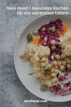 Süßkartoffeln mit Sauerkraut, Radicchio, Kichererbsen & Kapernbeeren (vegan, clean) Sauerkraut, Vegan, Food, Healthy Lunches, Healthy Dishes, Simple Recipes, Chic Peas, Berries, Healthy Recipes