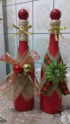 Lindíssimas decoração de Natal caseira utilizando garrafas de vinho Wine Bottle Art, Painted Wine Bottles, Diy Bottle, Wine Bottle Crafts, Mason Jar Crafts, Christmas Projects, Holiday Crafts, Christmas Centerpieces, Christmas Decorations