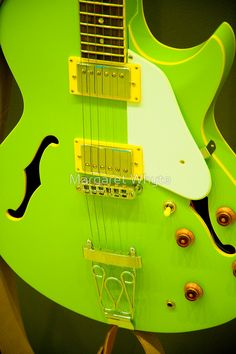 Play Music Easily With These Simple Guitar Tips. Have you had the experience of picking a guitar up and wanting to play it? Have you wondered if you have musical talent? Mean Green, Go Green, Bright Green, Green Colors, Yoga Studio Design, Easy Guitar, Cool Guitar, Guitar Tips, Beautiful Guitars