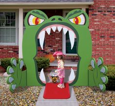 Monster Mouth Entry Wood Project Pattern You'll hear lots of screams and squeals this Halloween as kids discover the only path to your treats is through this huge monster's mouth!! #diy #woodcraftpatterns