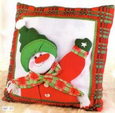 cojin-muneco-de-nieve-con-gorro-verde- 30 bs Felt Christmas, Christmas Stockings, Christmas Ornaments, Arts And Crafts, Paper Crafts, Snowman Crafts, Felt Toys, Free Sewing, Hobbit