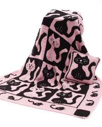 Cat & Mouse Throw & Pillow Tutorial http://www.allfreecrochetafghanpatterns.com/Patterned-Afghans/Cat-and-Mouse-Throw-and-Pillow/#