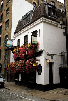 The Mayflower Pub, Rotherhithe, London. This is where the actual Mayflower was moored before it set sail for the Americas. British Pub, British Isles, Places To Travel, Places To Visit, Old Pub, London Pubs, England And Scotland, London England, England Uk