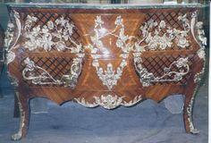 Excepcional cômoda francesa Luís XV, bombê. Palaciana, em rádica e raiz de nogueira, 02 gavetas. Es