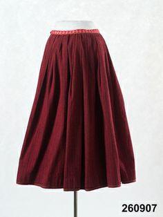 Kjol av smalrandigt halvylle, varp av svart bomullsgarn, inslag av entrådigt ullgarn i korskypert i rött, svart, blått och grönt . Sydd i et...