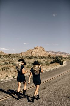 Road Trip Photography, Desert Photography, Photography Poses, Poses For Pictures, Senior Pictures, Palm Springs, Best Friend Photos, Palm Desert, Country Girls