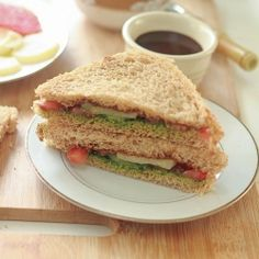 Bombay Chutney Sandwich - Tangy and spicy vegetarian sandwich. Wrap Recipes, Indian Food Recipes, Veggie Sandwich, Sandwich Ideas, Chutney Sandwich, Vegan Vegetarian, Vegetarian Recipes, Yummy Snacks, Spicy