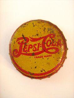 Very old Pepsi steel cap. Coca Cola, Pepsi Ad, Coke, Vintage Tin Signs, Vintage Bottles, Vintage Tools, Tapas, Bottle Top, Soda Bottles