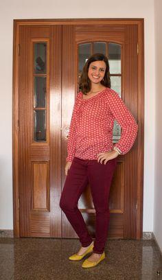 Mais um look com a blusa ciganinha (usei ela no look anos 70), mas aqui com uma pegada diferente, bem colorida! / burgundy pants, yellow shoes and coral blouse