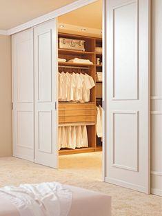 Hinter schicken weißen Türen verbirgt sich ein begehbarer Kleiderschrank, der sich sehen lassen kann!