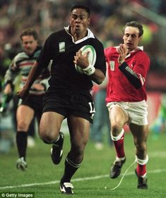 Lomu races clear of the Welsh defence during the 1995 World Cup to score a try as New Zealand made their way to the final All Blacks Rugby Team, Nz All Blacks, Jonah Lomu, Wales Rugby, New Zealand Rugby, Rugby World Cup, Rugby Players, All Black Everything, World Of Sports