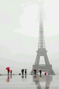 Even in the rain ~ we want to visit the amazing Eiffel Tower, Paris … Torre Eiffel Paris, Paris Eiffel Tower, Paris 3, Paris Love, Rainy Paris, Places To Travel, Places To See, Beautiful World, Beautiful Places