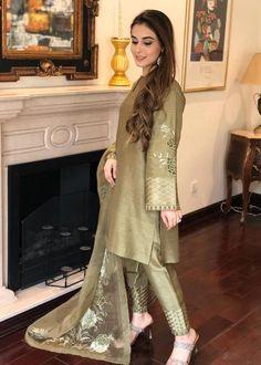 Beautiful Pakistani Dresses, Pakistani Formal Dresses, Pakistani Dress Design, Pakistani Outfits, Velvet Pakistani Dress, Pakistani Gowns, Beautiful Dresses, Stylish Dresses For Girls, Stylish Clothes For Women