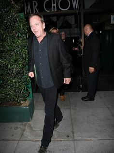 Kiefer Sutherland Photos Photos - Celebrities dine out at Mr Chow restaurant on March 25, 2015 in Beverly Hills, California. - Celebrities Dine Out At Mr Chow