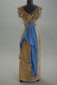 ~Back view of a gold damask adorned with blue chiffon and gold florets, beaded fringe to bodice evening gown~ Via Kerry Taylor Auctions. 1900s Fashion, Edwardian Fashion, Vintage Fashion, Edwardian Era, Medieval Fashion, Vintage Outfits, Vintage Gowns, Victorian Dresses, Historical Costume
