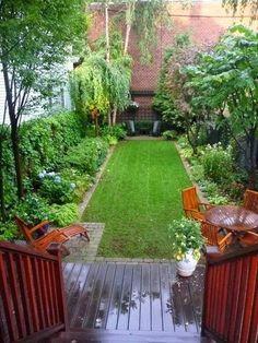schmaler, kleiner Stadt- Garten