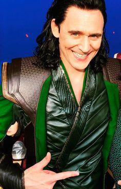Loki's Thor: Ragnarok costume: green costume. Gif-set: http://maryxglz.tumblr.com/post/163334676977/lokis-thor-ragnarok-costumes