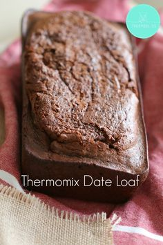 This Thermomix Date Loaf is an absolute classic recipe! I've been making it for years, but have finally got around to converting it to the Thermomix. I had the perfect excuse to make this loaf… morni Pain Thermomix, Thermomix Bread, Thermomix Desserts, Thermomix Recipes Healthy, Pan Dulce, Quiche Chorizo, Filet Mignon Chorizo, Sweet Recipes, Cake Recipes