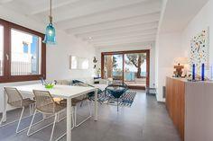 Una casa de estilo mediterráneo abierta al mar #hogarhabitissimo #salon #comedor