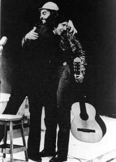 Gilberto Gil abraça Roberto Carlos