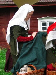 Great blog of medieval clothing & life.